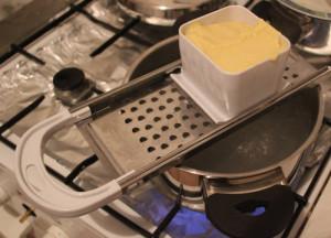 08-teig-in-spätzlereibe-über-kochendem-wasser
