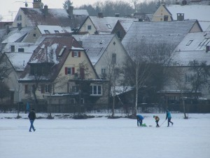 gefrorener stadtsee bad waldsee