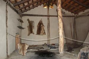 Innenleben-einer-Steinzeithütte-Federseemuseum-Bad-Buchau