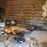 Innenraum Steinzeithütten im Ferderseemuseum Bad Buchau