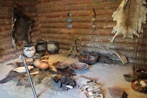 Innenraum-Steinzeithütten-im-Ferderseemuseum-Bad-Buchau.JPG