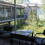 Sitzgelegenheit und Innenhof des Museums Bad Buchau