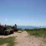 Sonnenwiese und Rastplatz beim Gipfel des Hochgrat