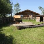 Steinzeithütten und Boot im Ferderseemuseum Bad Buchau