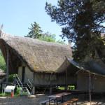 Steinzeitliche-Hütten-im-Ferderseemuseum-Bad-Buchau.JPG