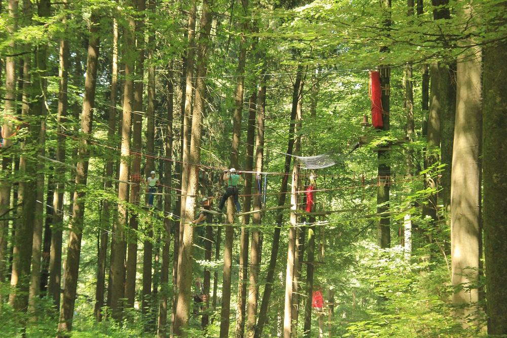Kletterer auf dem Abenteuerkletterpark Tannenbühl Bad Waldsee