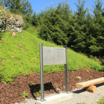 Neues Schild und Sitzbank vor der Ruine Burg Neuwaldsee