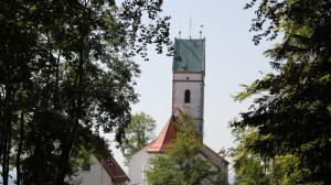 Blick auf Kirche von Liegewiese Bussen Oberschwaben
