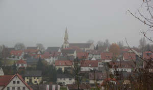 Blick über Warthausen mit Kirche im Nebel
