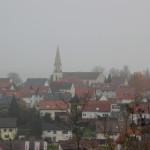 Blick-über-Warthausen-mit-Kirche-im-Nebel