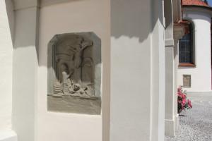 Kreuzigungsrelief-Außenwand-Kißlegg-Kirche