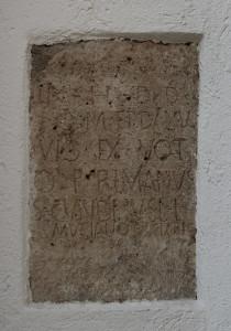 Votivstein-römischer-Tempel-Rißtissen