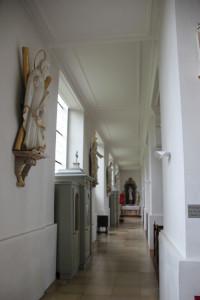 Gang mit Figuren St Verena Kirche