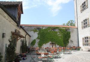 09 Bestuhlter Burghof