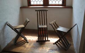 26 Mittelalterliche Sitzgelegenheiten des Adels