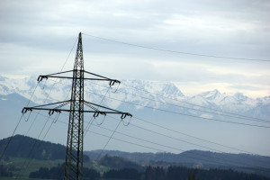 Stromleitung vor Alpen