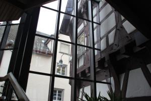 Glasfront Sicht auf Altes Rathaus