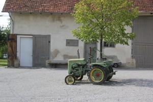 Traktor im Bauernhausmuseum Kuernbach