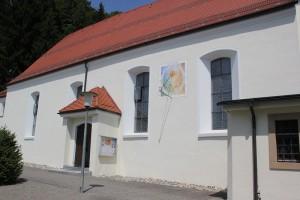Sonnenuhr und Eingang St Magnus Waldburg