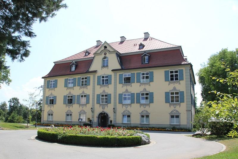 Hauptgebaeude Schloss Neutrauchburg
