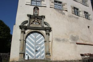 Wappentrias Eingang Schloss Achberg