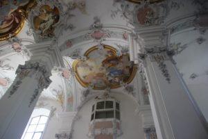 Saeulen und Bilder Kirche St Georg Jakobus Isny