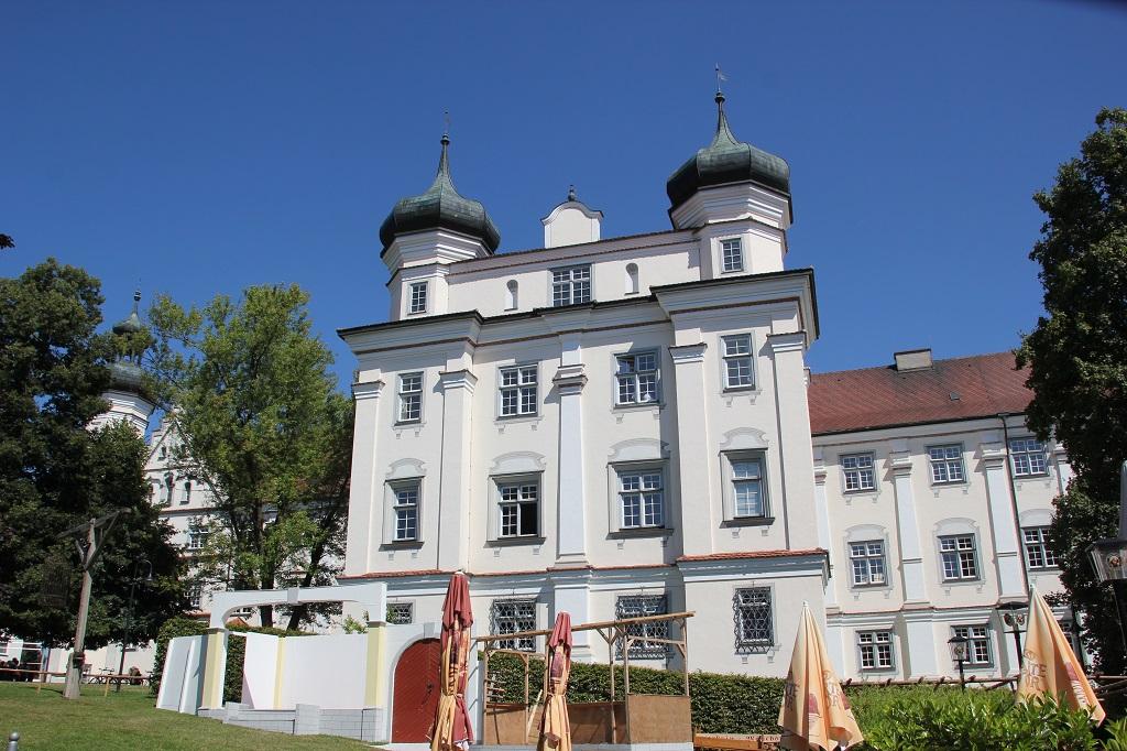 Klassizistische Fassade Rot an der Rot