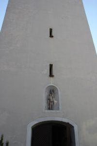 Romanisch-gotisch-barocker Turm mit Heiligem Sebastian