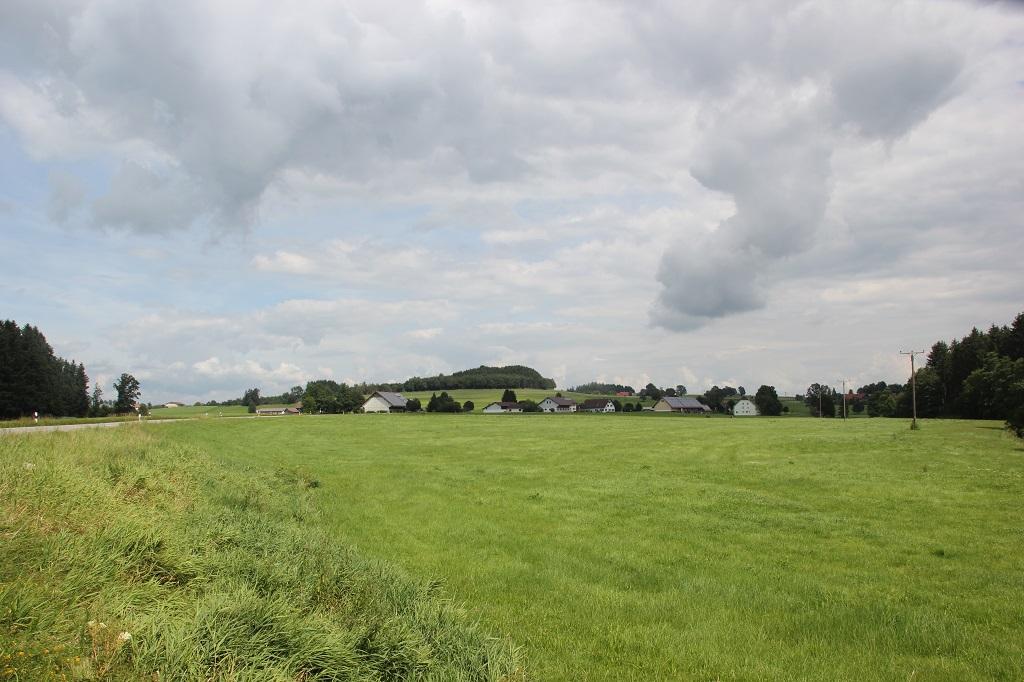 Wiesen und Ortschaft Im Vorallgaeu