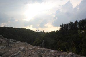 Blick auf umliegende Berge Burgruine Hausen im Tal