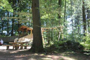 Schaukel und Huette Waldspielplatz Vogt