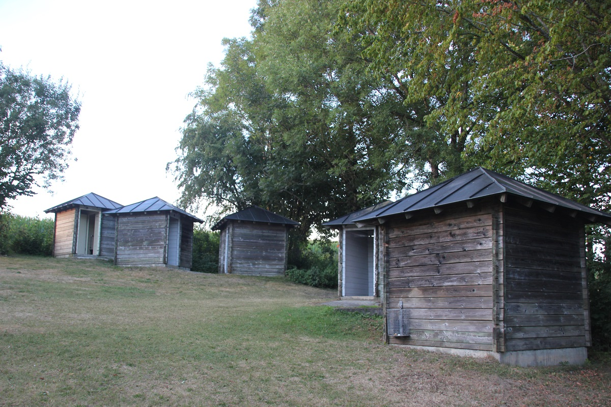 Toiletten und Umkleidekabinen Naturfreibad Holzmuehleweiher Vogt