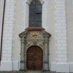 Eingang Kirche mit Wappen Kloster Wald