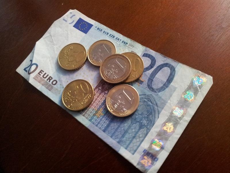 Euro-Schein-und-Muenzen