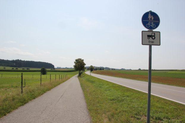 Radweg neben der Landstrasse