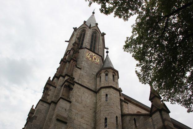 Neogotischer Kirchturm St Konrad Kirche Langenenslingen