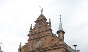Fassade mit Uhr und Ritter