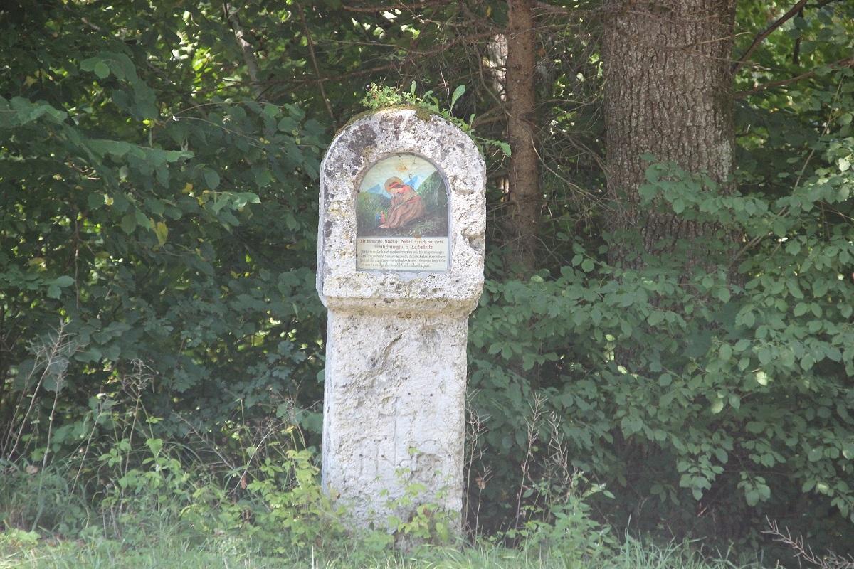 Wegkreuz mit Inschrift