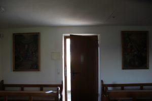 Bilder am Ausgang Kapelle Witschwende