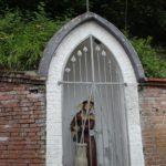 Jesus Figur im Umfeld der Kirche St Martin Erolzheim