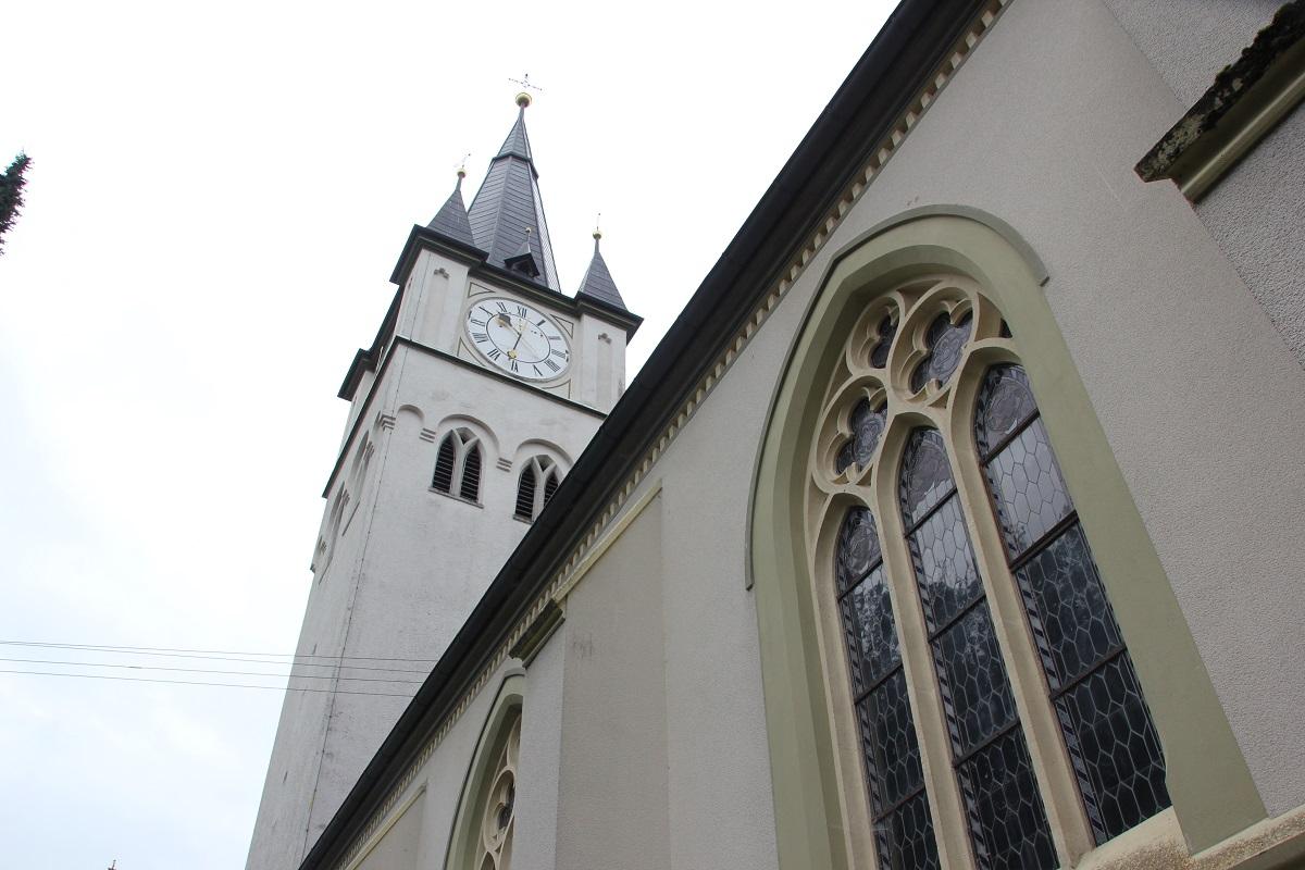 Kirche St Martin Erolzheim Turm und Kirchenschiff