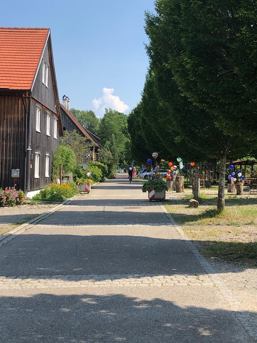Strasse durch Glashütte Schmiedsfelden bei Leutkirch im Allgäu